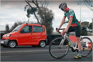 Самый дешевый автомобиль в мире гоняется с велосипедом (видео)